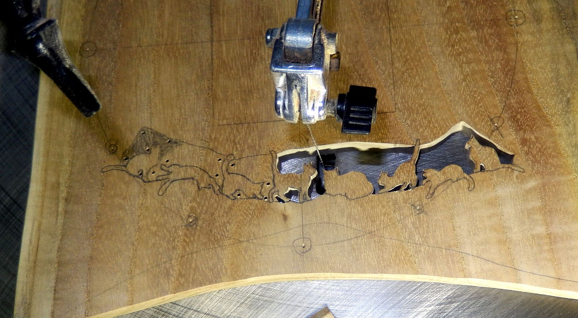 糸のこ盤作業の写真です